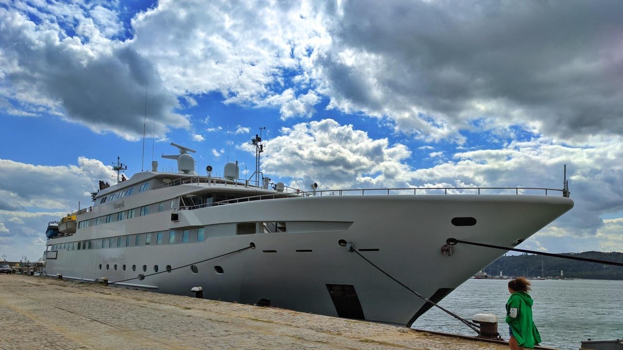 Супер луксозна яхта акостира във Варна