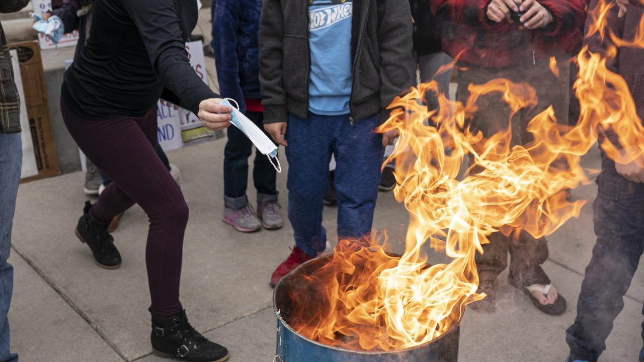 Хотелиери и ресторантьори протестираха с хвърляне и палене на маски в Хасково