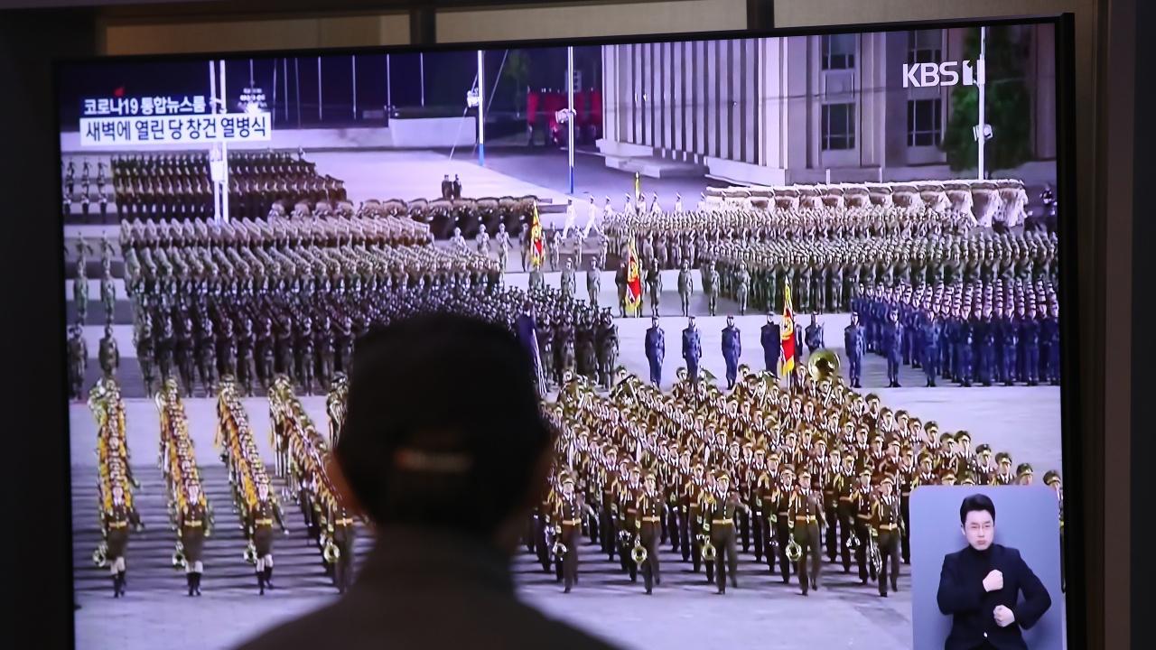 Северна Корея проведе необичаен парад без ракети по повод годишнината от основаването си