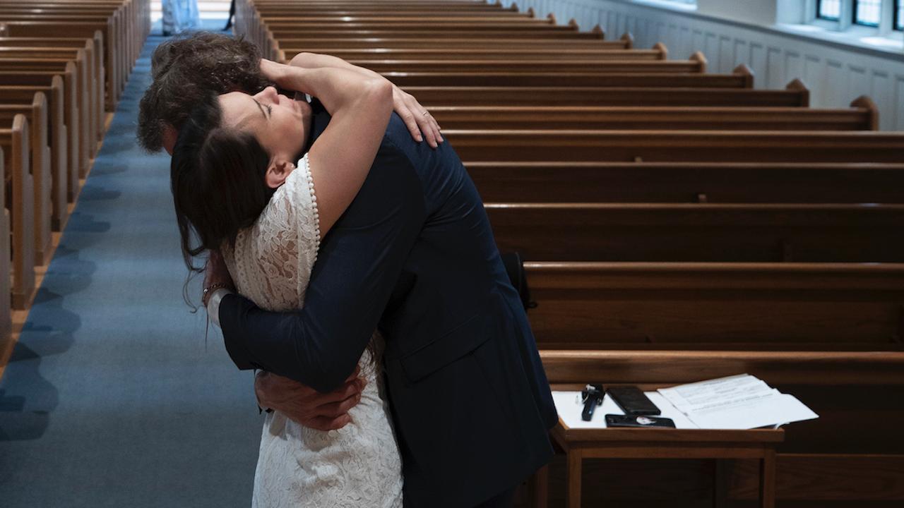 Епископ екзорсист напусна църквата заради любов със сатанистка