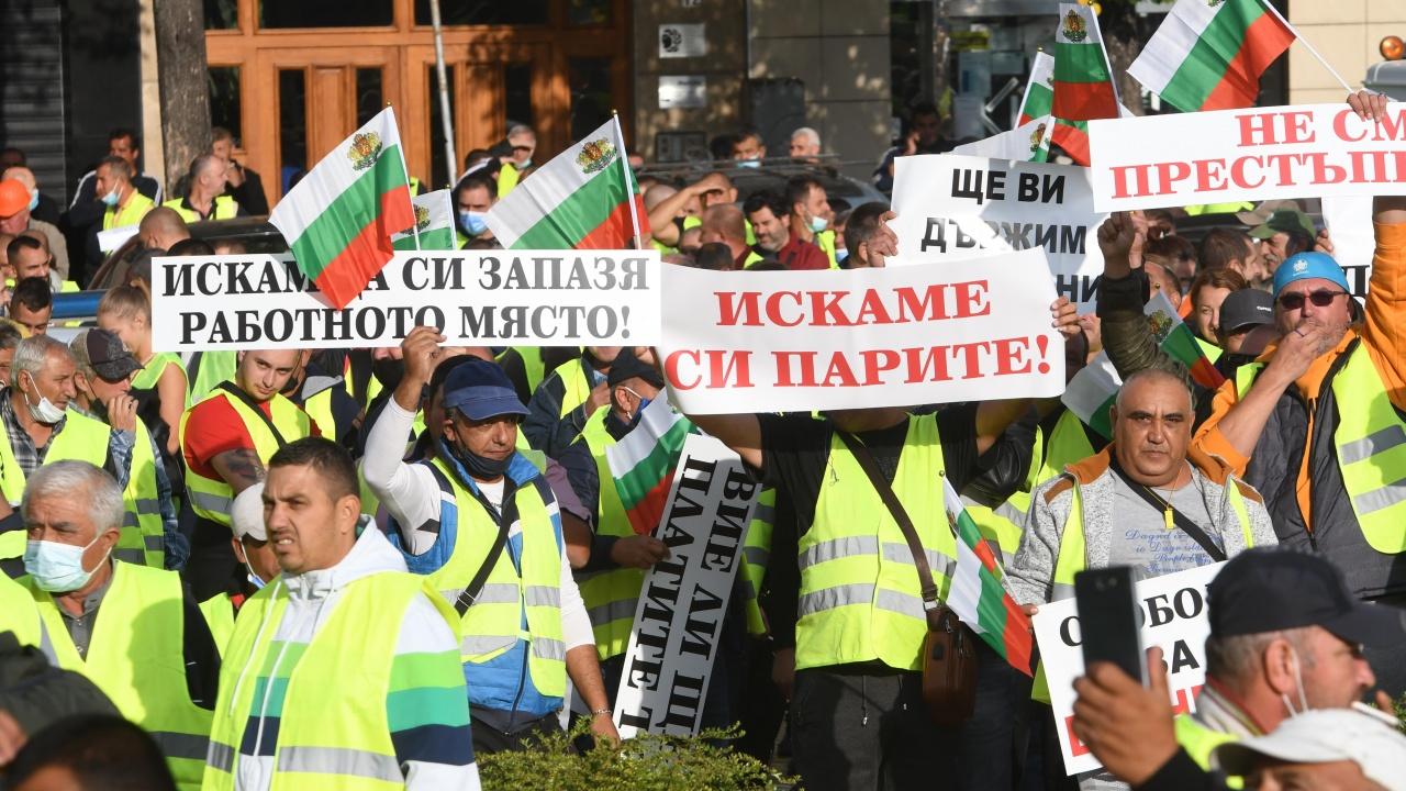 """Строители излязоха на протест пред Народното събрание, блокираха бул. """"Цар Освободител"""""""