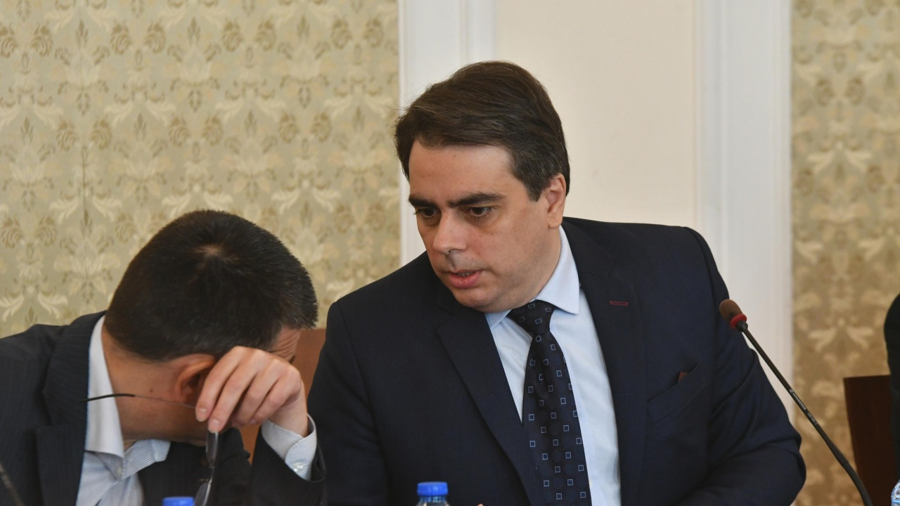 Асен Василев предложи как да бъде решен въпросът с парите на строителите