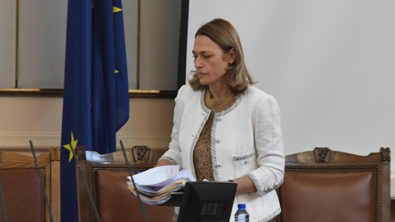 Ива Митева откри заседанието на парламента и обяви почивка до 16 ч.