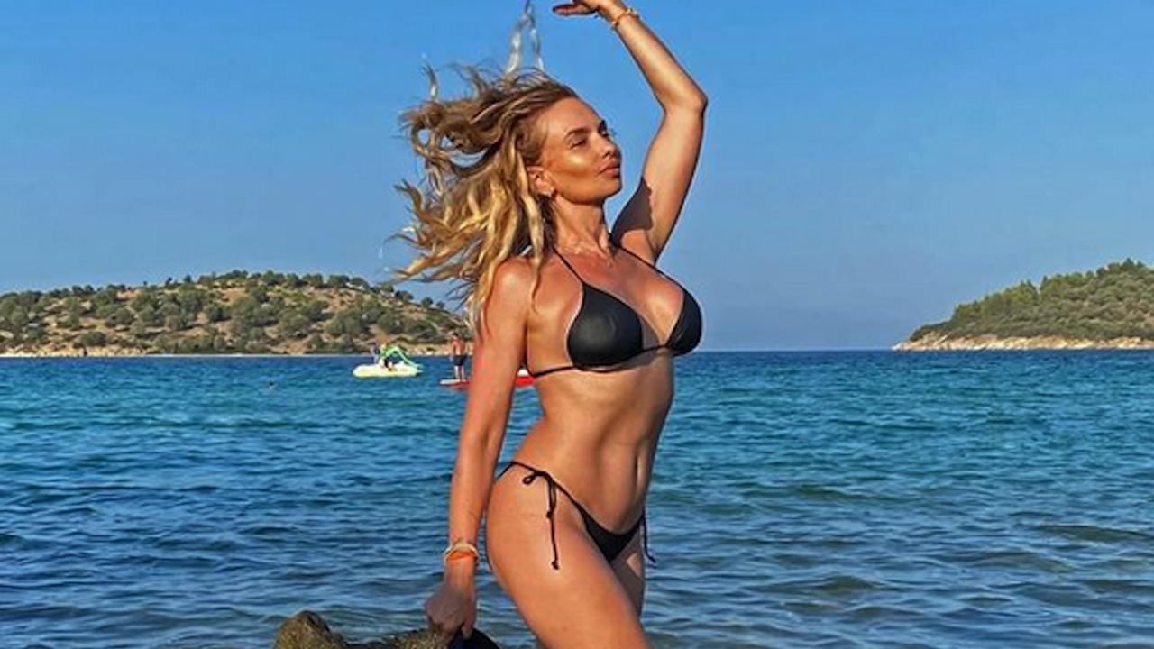 Малина демонстрира изваяно тяло в съседна Гърция