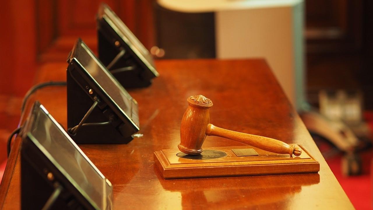 Бивш сътрудник на Макрон се явява днес в съда по няколко обвинения