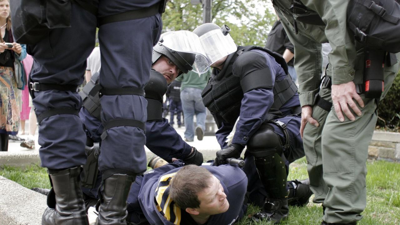 Арестуваха мъж край Капитолия с мачете и щик в пикапа му, изрисуван със свастика