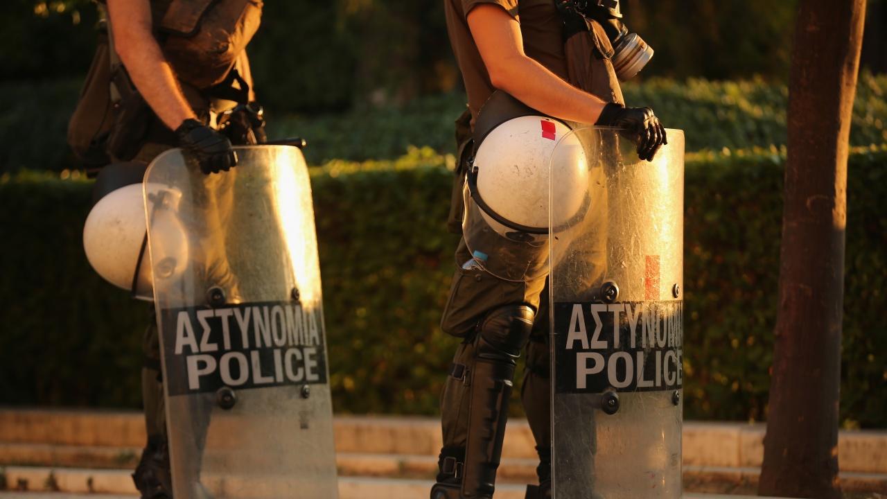 Въоръжени нахлуха с автомати в банка в центъра на Атина