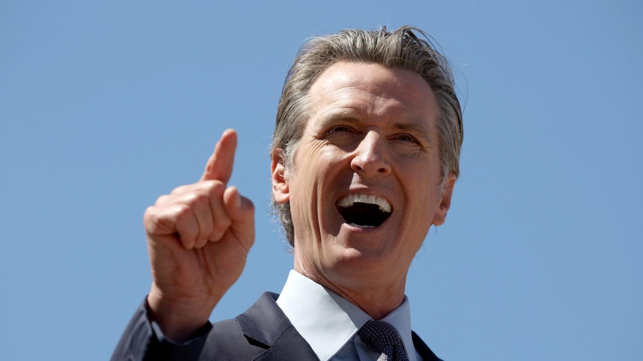 Губернаторът на щата Калифорния запазва поста си след референдум за отстраняването му