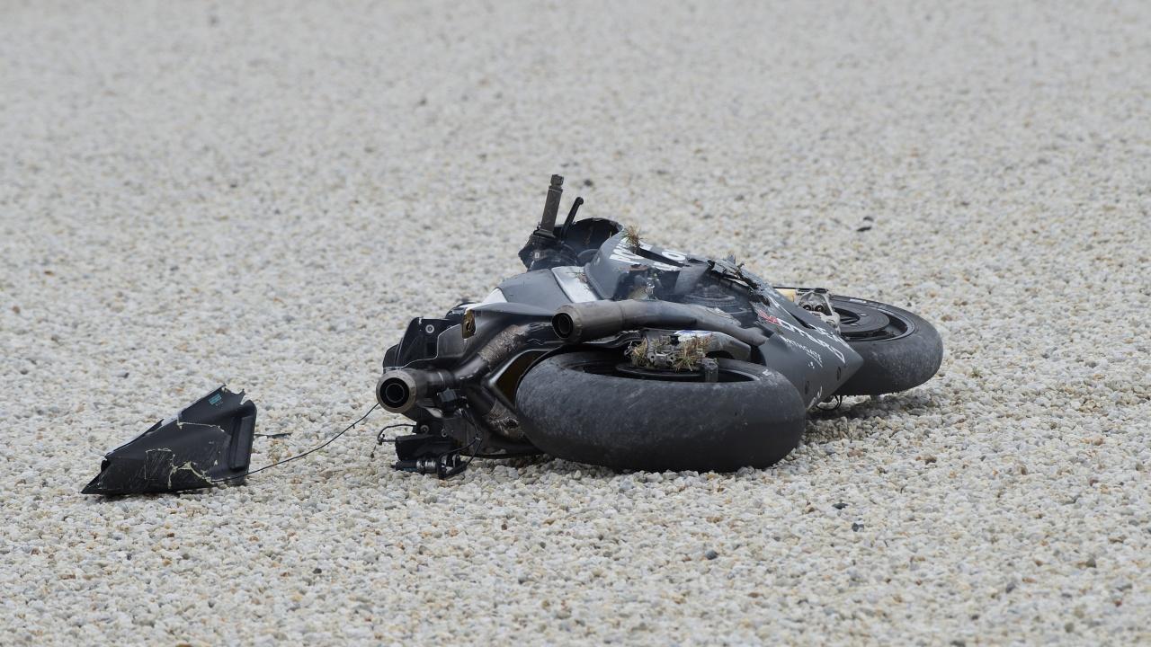 Мотоциклетист пламна при удар с кола и почина