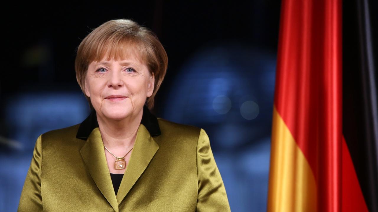 Сладкар прави копия на Ангела Меркел от марципан