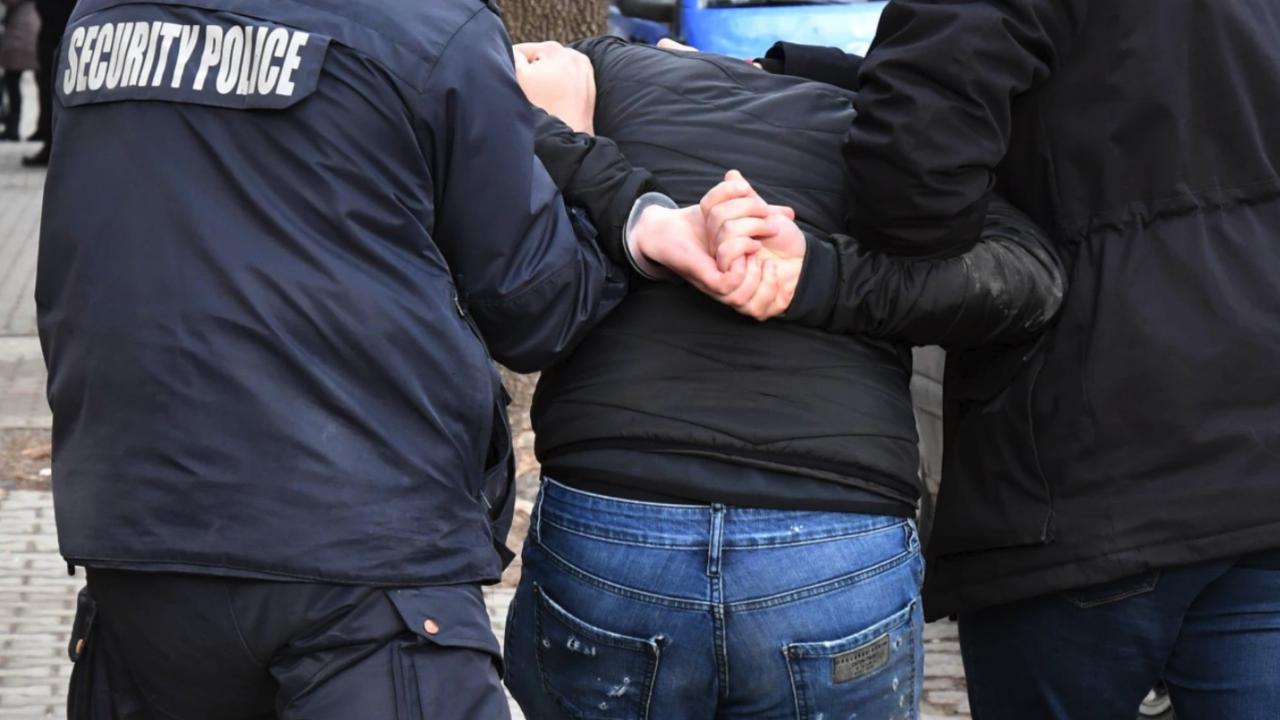 """Бездомник удари и скъса униформата на полицай в метростанция """"Сливница"""""""