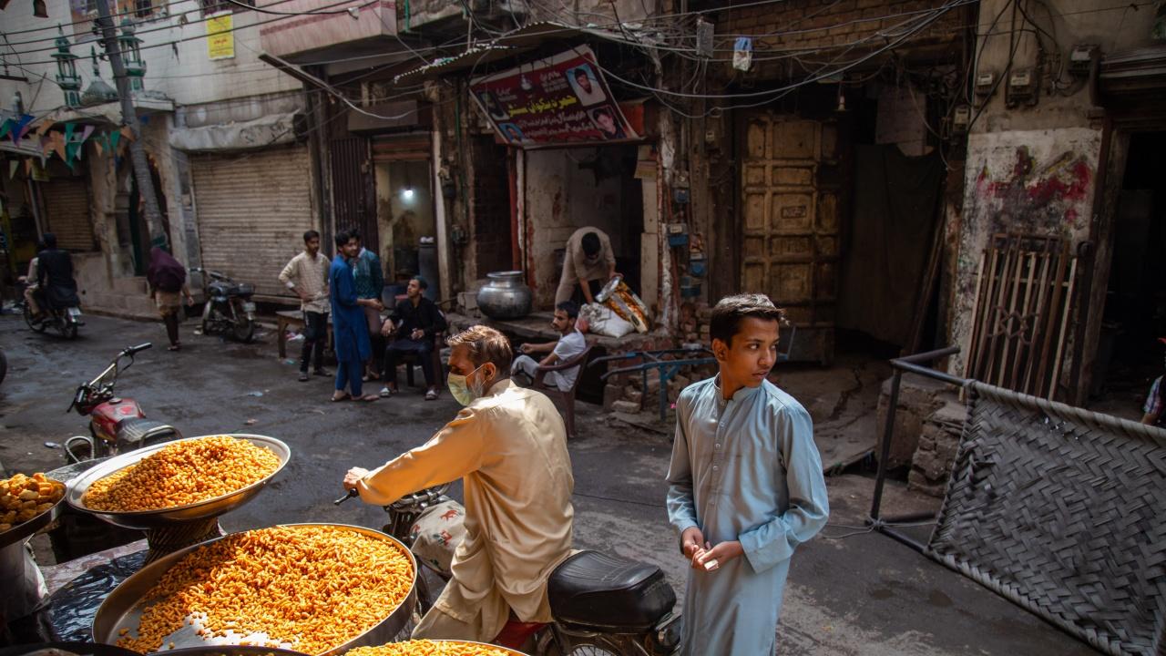 Пакистан разхлабва антиковидните мерки, но затяга ограниченията за неваксинирани