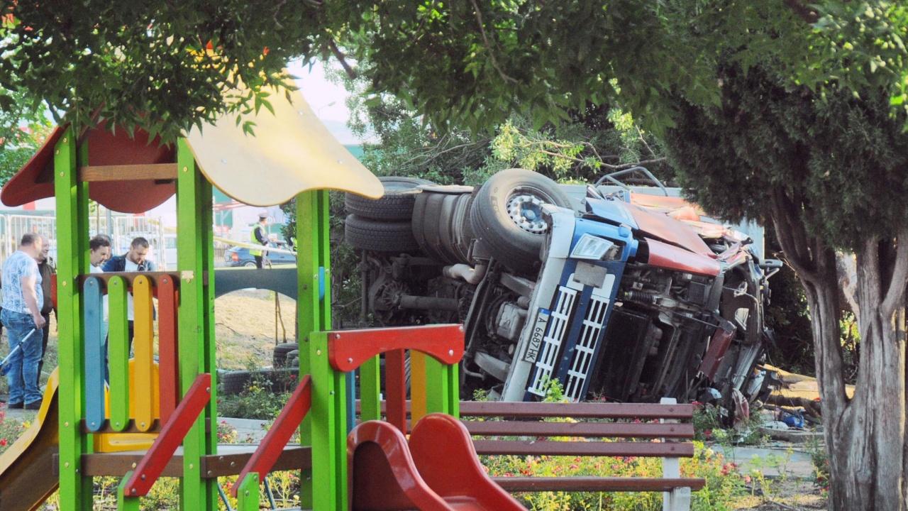Камион се вряза в паркирани коли на метри от училище