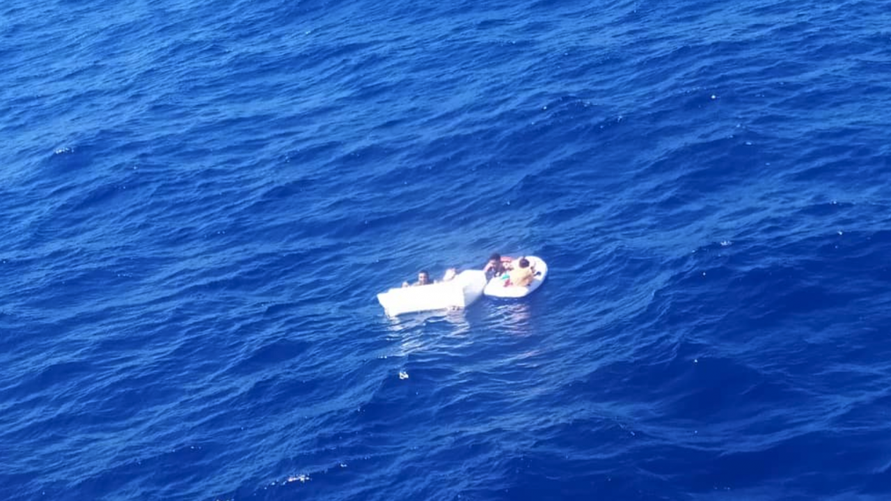 Майка умря от дехидратация след кърмене на децата си, за да ги спаси от глад насред морето