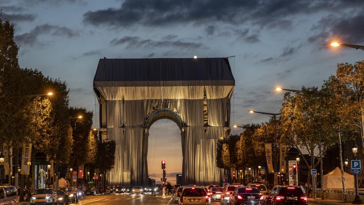Макрон откри Опакованата Триумфална арка