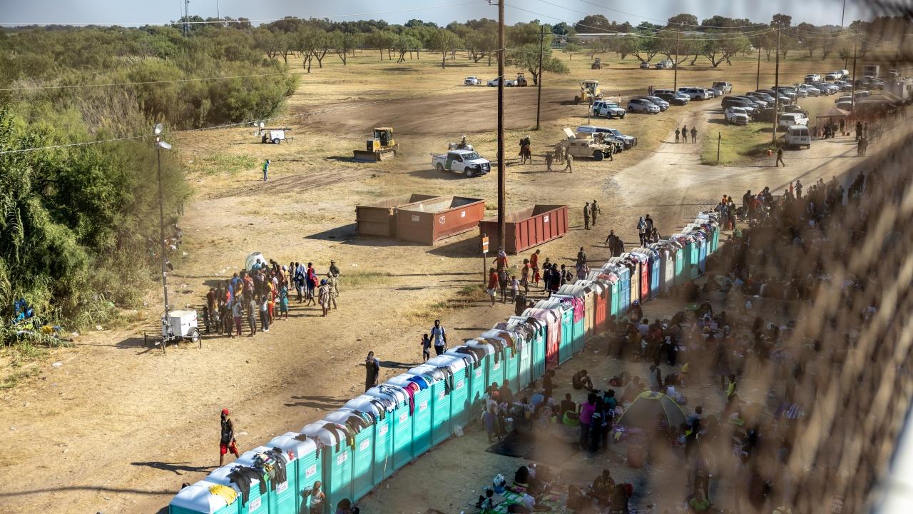 """Затвориха граничния пункт """"Дел Рио"""" заради наплив на мигранти"""