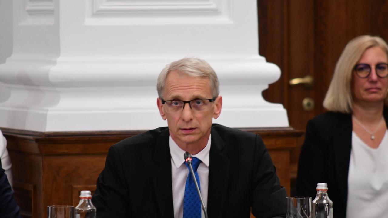 Министър Денков: Учители и родители да гледат децата внимателно за проявени симптоми