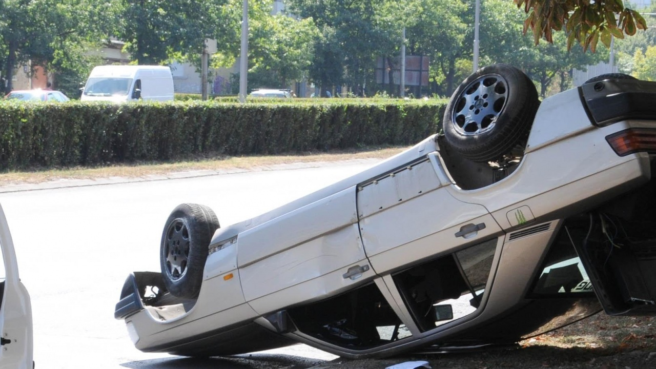 Кола се обърна по таван край Русе