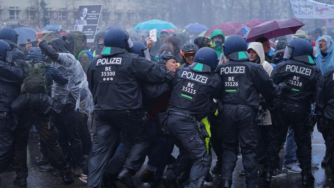 Сблъсъци между полицията и леви демонстранти в Лайпциг
