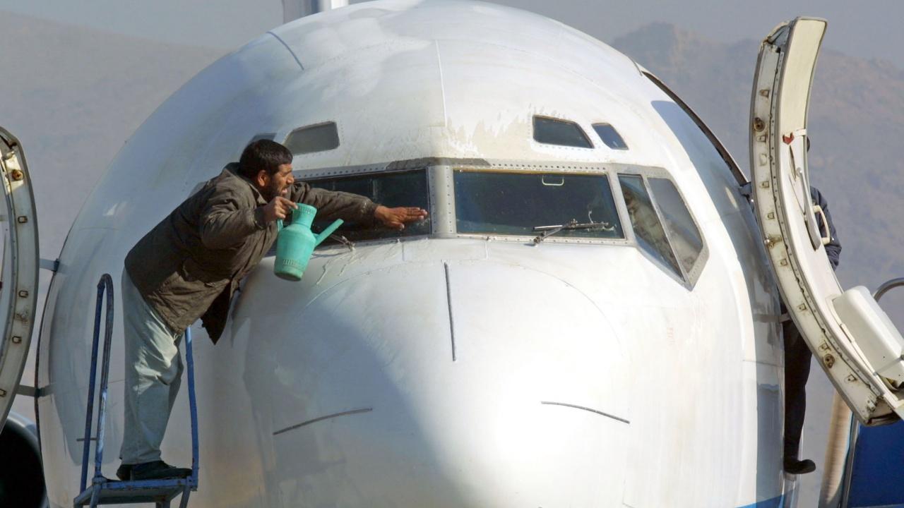 Международното летище в Кабул заработи на пълни обороти