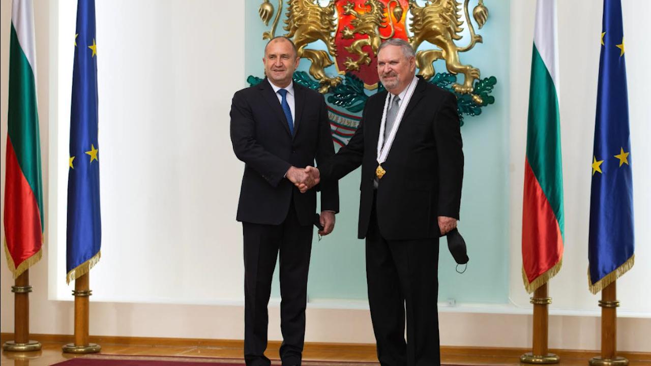Радев удостои с орден почетния консул на България в Канада Георги Паничерски