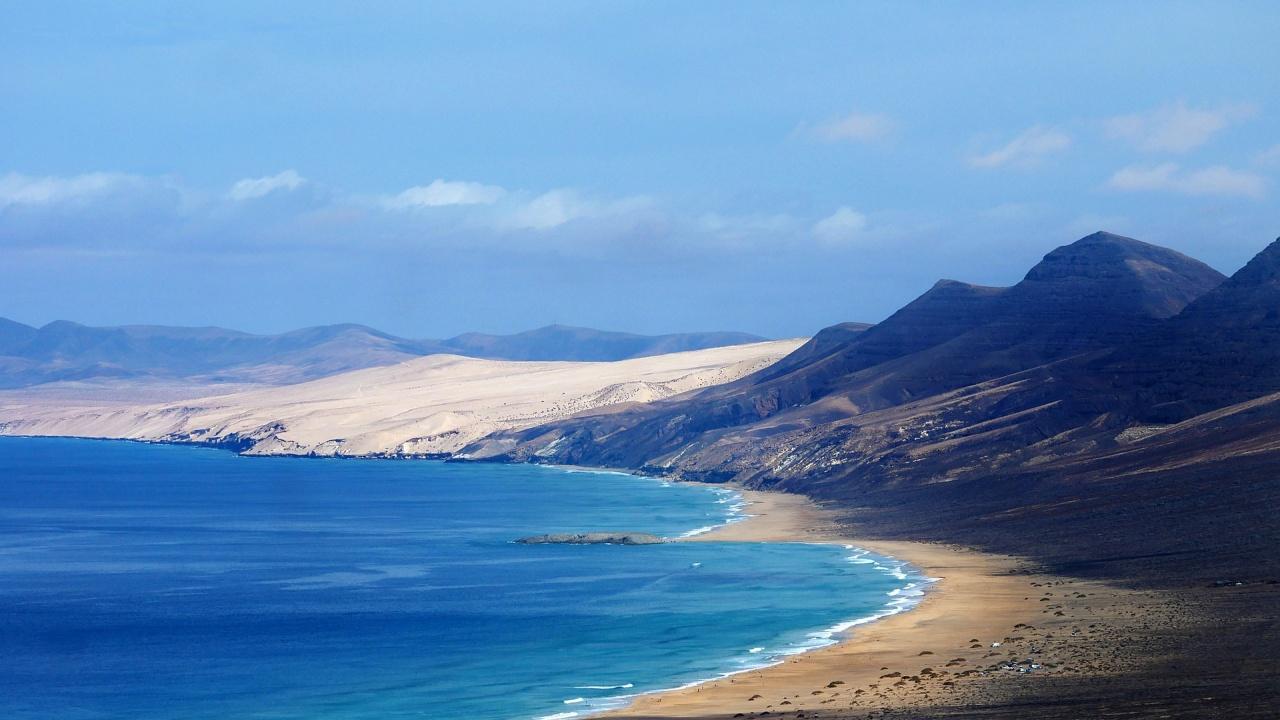 Канарските острови са безопасни, въпреки изригването на вулкан, категорична е испанска министърка