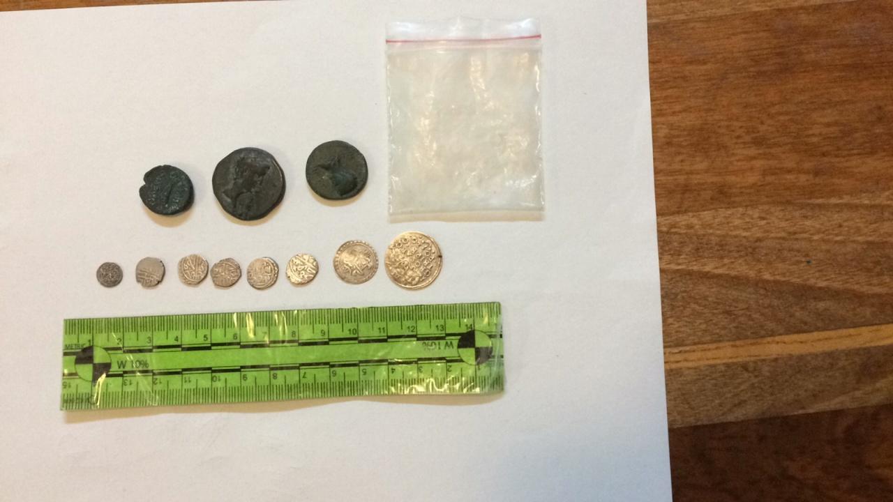 Полицаи са иззели десетки старинни предмети и монети