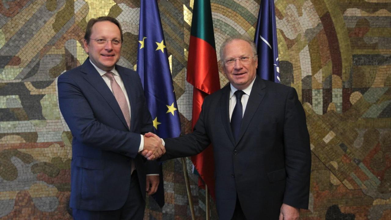 Светлан Стоев разясни ситуацията с РС Македония с комисаря по разширяване на ЕС