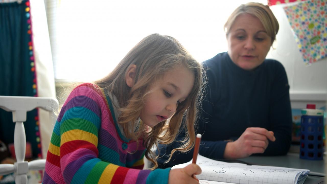 Румъния дава на родителите 75% от заплатата, ако са у дома заради онлайн обучение на децата