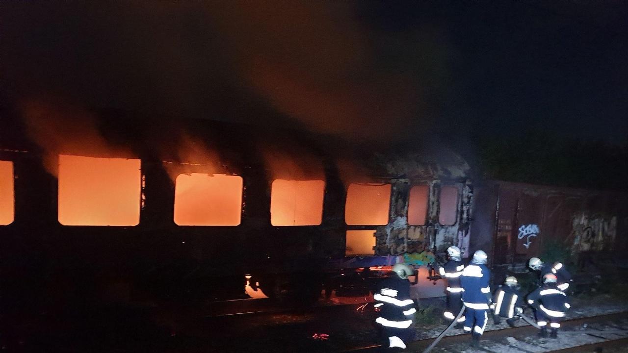 Умишлен палеж е основната версия за изгорелия ЖП вагон във Варна