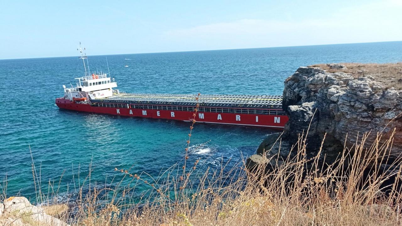 Започва освобождаването на заседналия край Камен бряг кораб