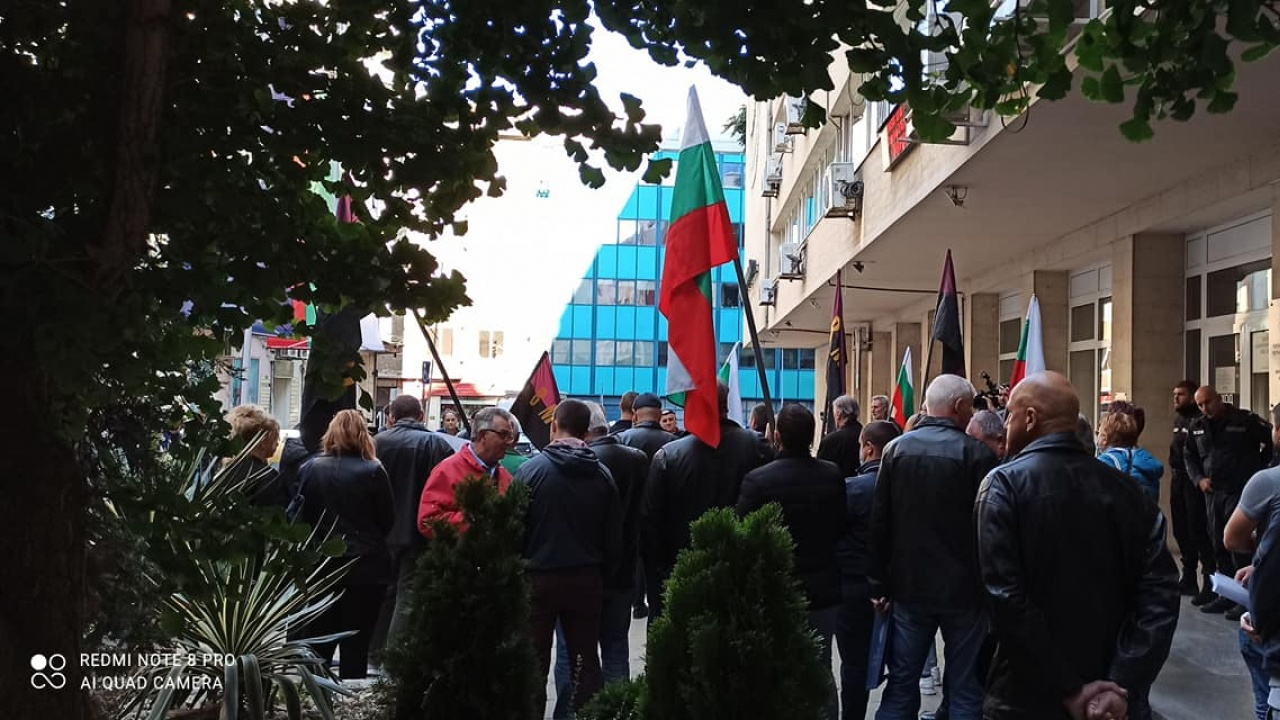 Джамбазки и активисти на ВМРО опитаха да нахлуят в енергийното министерство