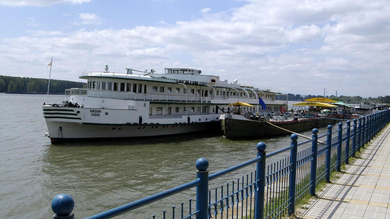 Ниското ниво на река Дунав затруднява корабоплаването; кораби изчакват край Белене