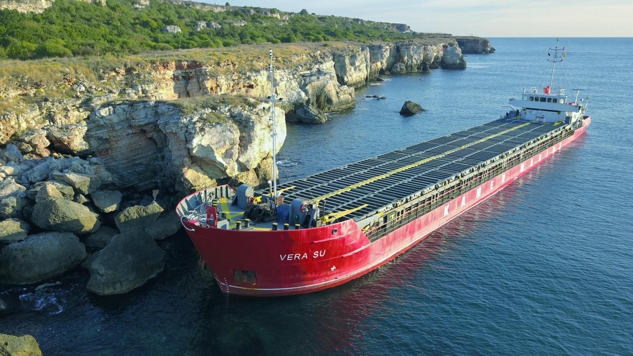 Заседналият кораб продължава да стои до Яйлата