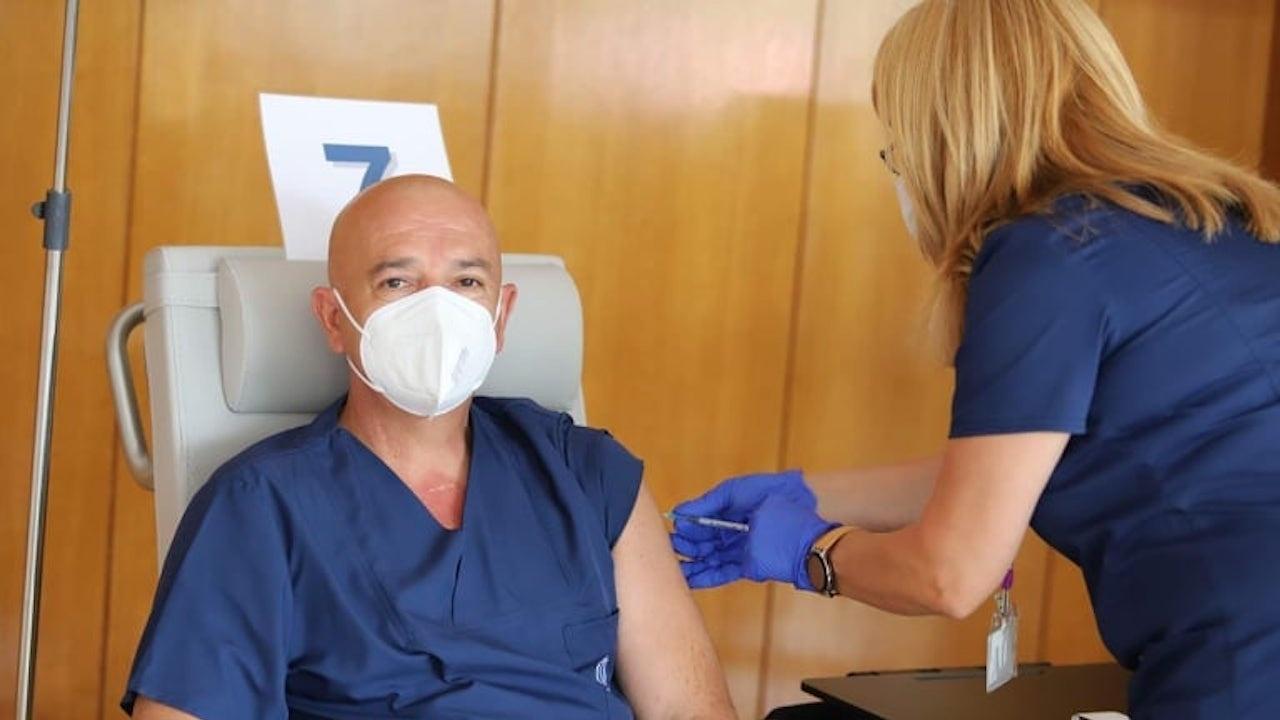 Ген. Мутафчийски и още 11 медици от ВМА с трета доза срещу COVID