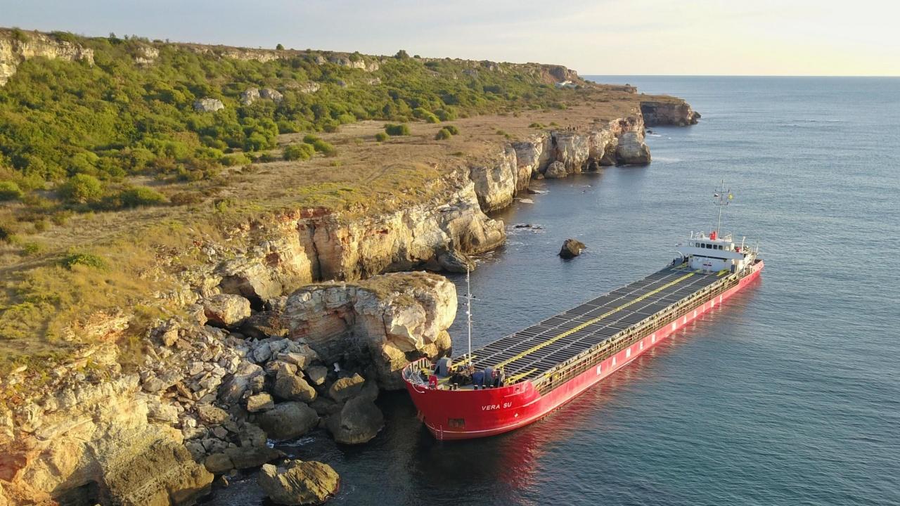 600 тона вода има в корпуса на заседналия кораб край Камен бряг