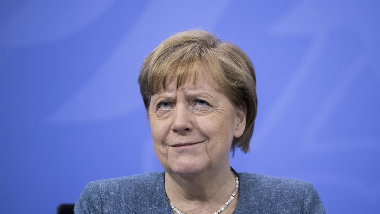 """Снимка на Меркел, """"нападната"""" от папагали, взриви социалните мрежи"""