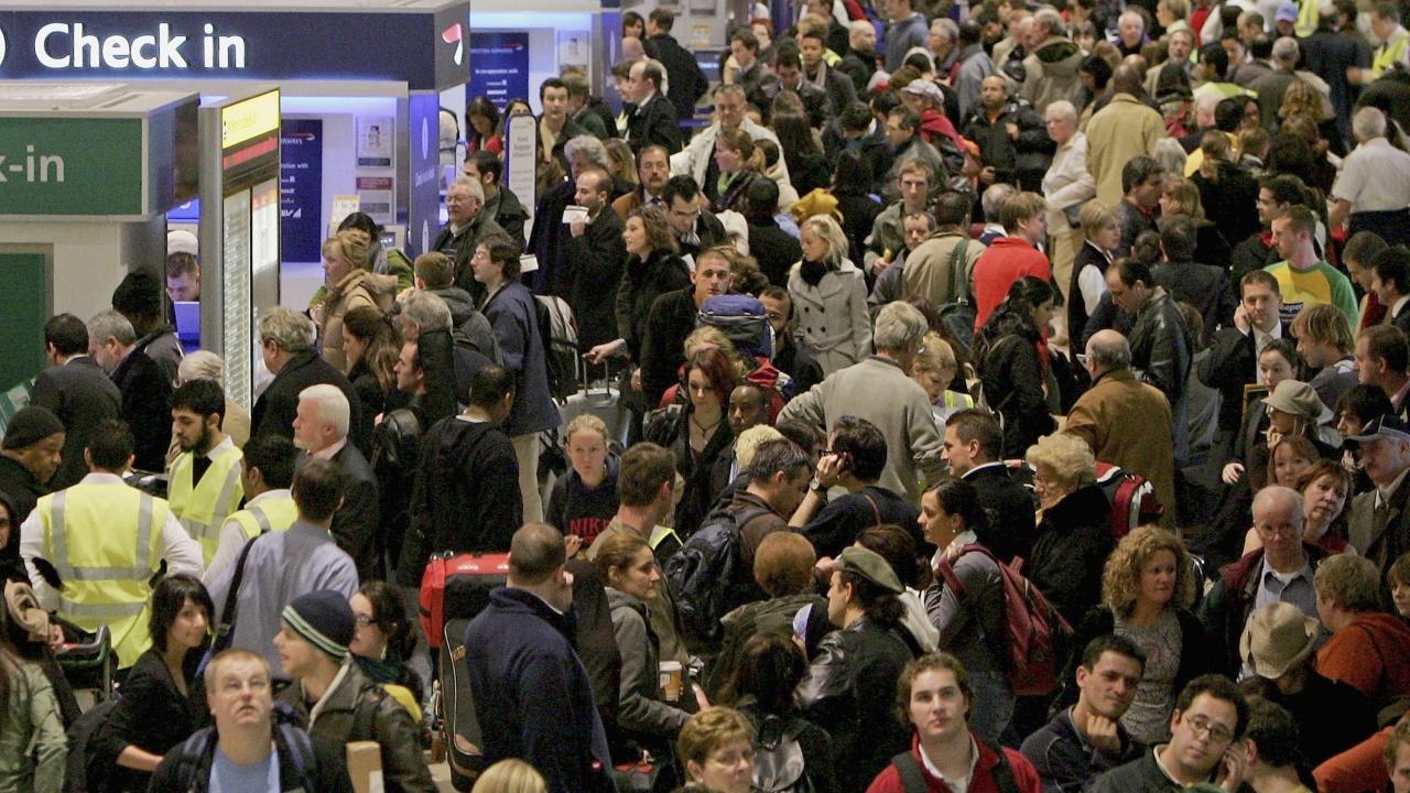 Огромни опашки се извиха на големите британски летища