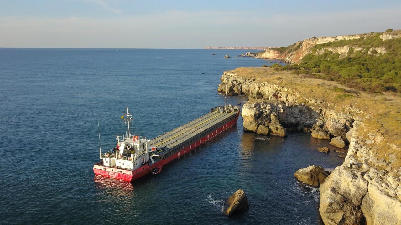 Заседналият кораб край Камен бряг кораб се е наклонил
