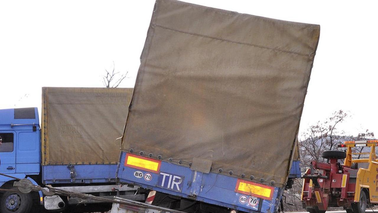 """ТИР с чушки се обърна на """"Хемус"""", движението Шумен - Варна е блокирано"""