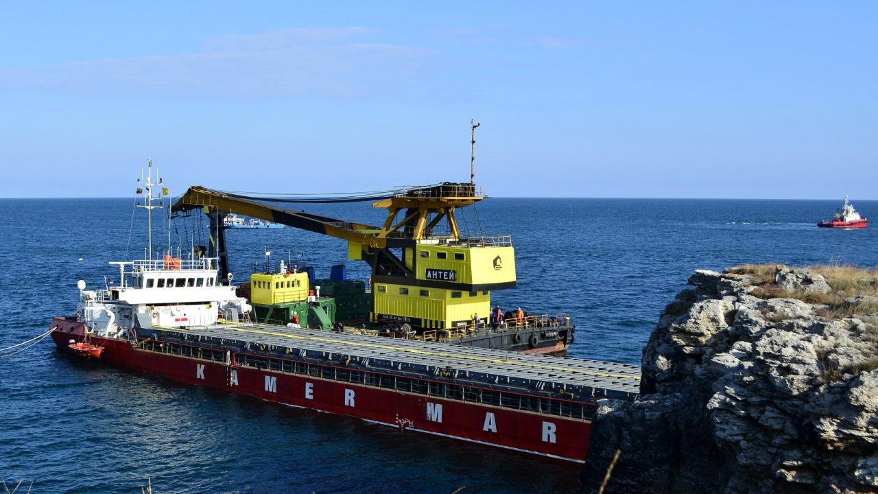Подготвя се разтоварването на заседналия край Камен бряг кораб