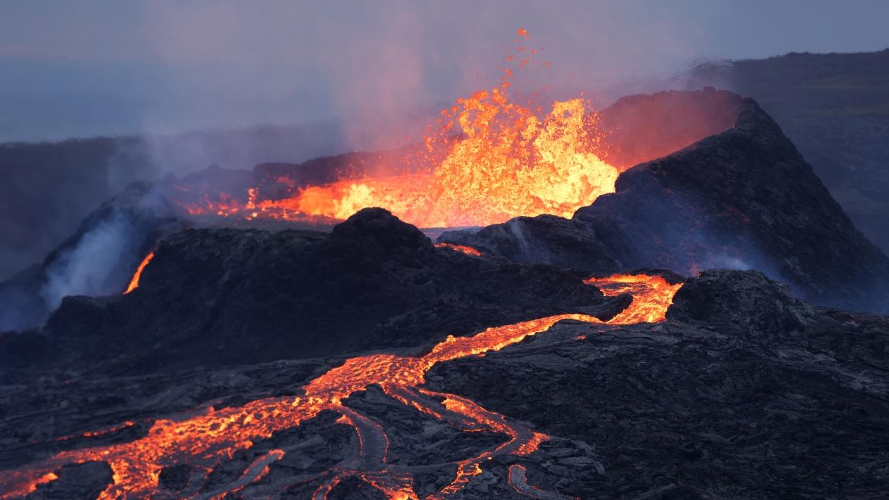 Вулканът на остров Ла Палма отново започна да изригва след кратко прекъсване