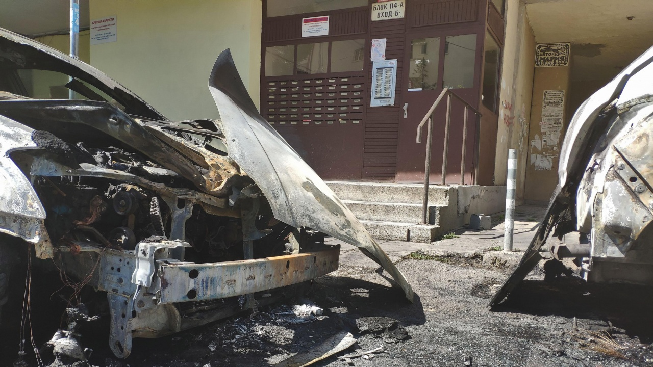 Младеж с трудно детство запалил няколко автомобила в Пловдив, защото искал да впечатли приятелката си