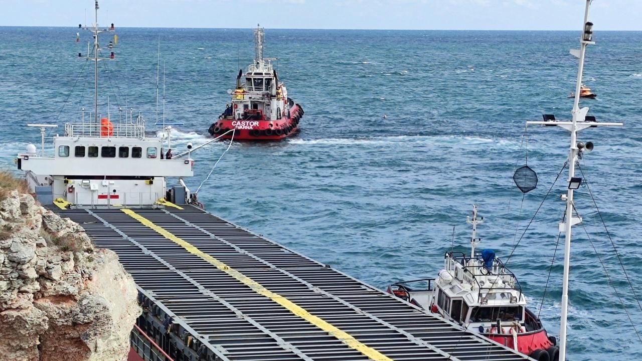 Холандец спасява положението със заседналия в Черно море кораб
