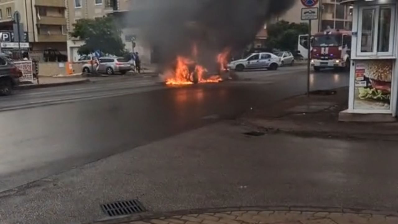 Кола избухна в пламъци до метростанция в София