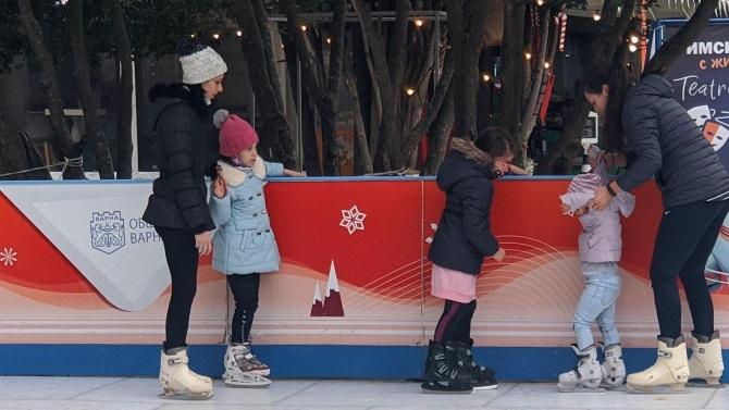 Безплатна ледена пързалка с изкуствен лед зарадва варненци по празниците