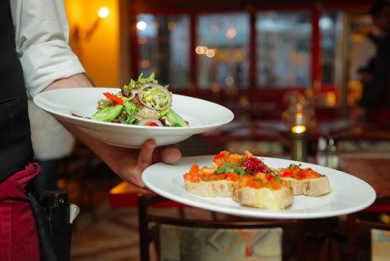 Колко пъти месечно вечеряте навън със семейство или приятели?