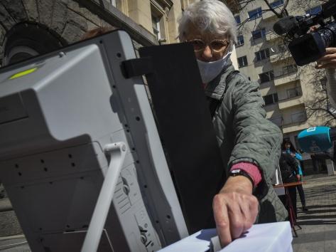 Трябва ли да се разкриват толкова много изборни секции в чужбина?
