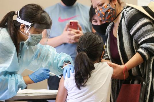Трябва ли да се ваксинират и децата срещу COVID-19?