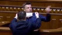 Опитаха се да запушат устата на украински депутат с предпазна маска